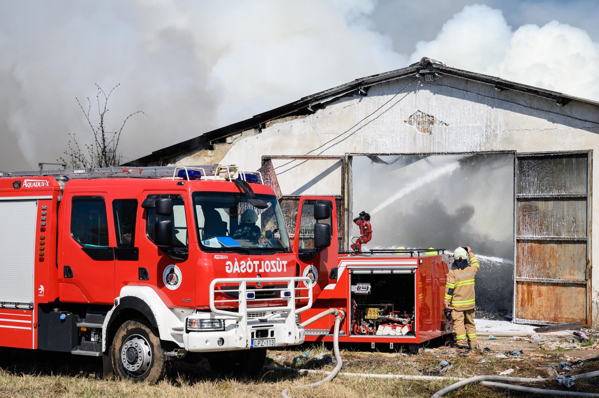 Tűz egy devecseri raktárépületben