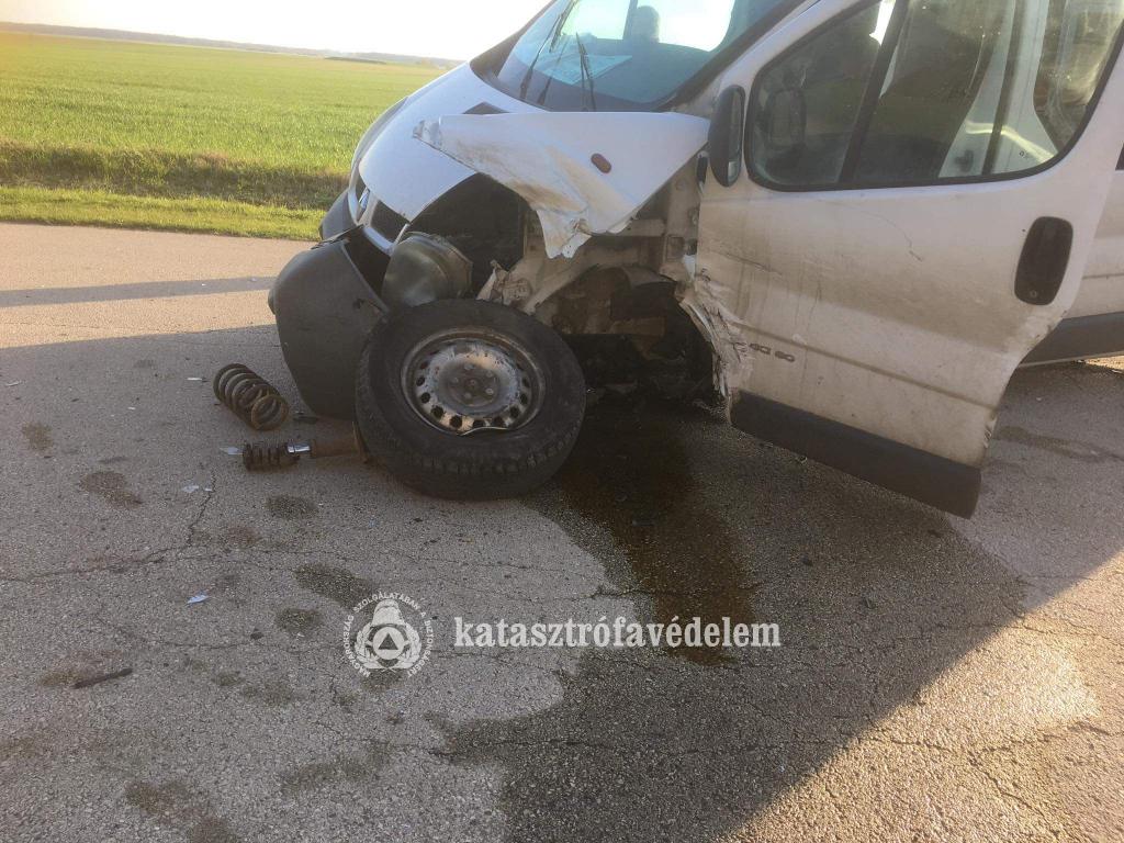 Összeütközött egy kisbusz és egy személyautó hétfőn Dabronyban